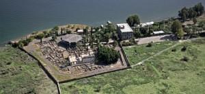 Kafarnaum dnes - osemuholníkový kostol stojí nad domom Petra (foto: www.land-of-the-bible.com)